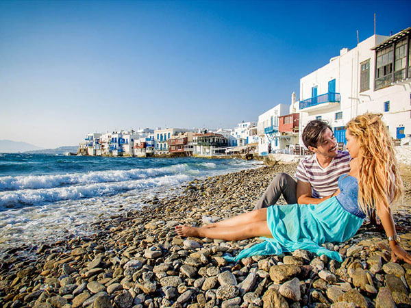 A couple's photoshoot in Mykonos' Little Venice