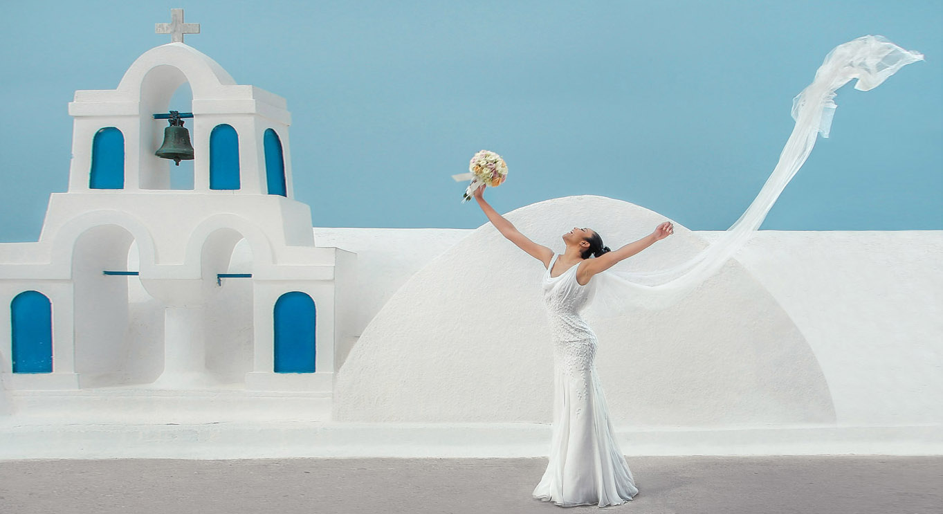 Greek wedding photographer captures a bride following the tradition